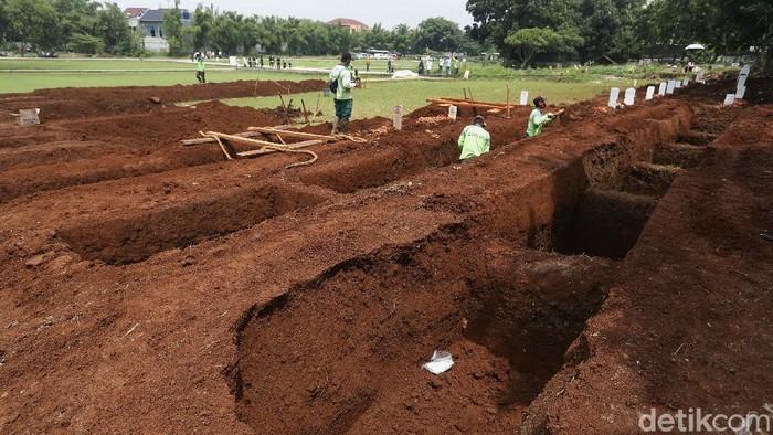 #Foto Pemprov DKI Jakarta kembali membuka lahan baru pemakaman jenazah COVID-19 seluas 3.000 meter persegi di TPU Bambu Apus. Begini penampakannya!  Baca beritanya di  Foto: Rengga Sancaya/detikcom