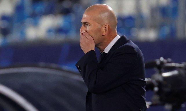 Las malas noticias para el Real Madrid siguen llegando. Zidane dio positivo en la última prueba PCR, será baja en el partido del sábado contra el Alavés  #Zidane #RealMadrid #COVID19