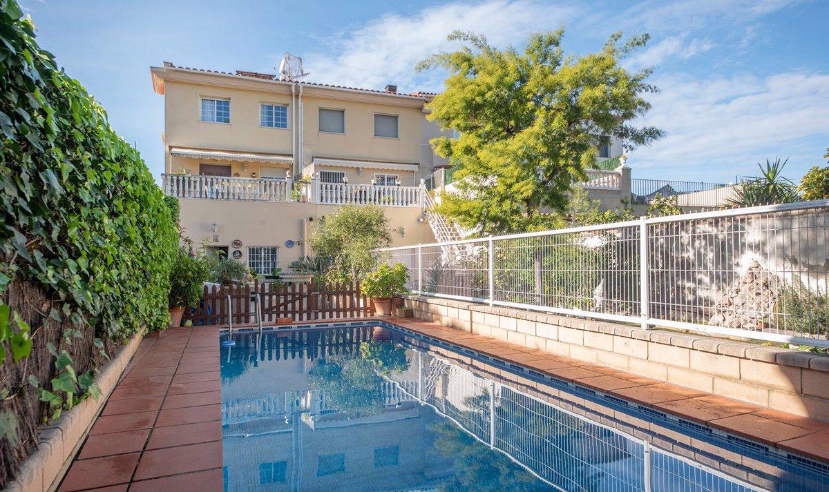 Casa a tres vientos apareada en venta en la zona de la Bóvila en Vilanova i la Geltrú. Muy cerca del centro de la población y a 5 minutos del paseo marítimo🌊. Dispone de jardín con piscina privada y terraza🌿. Precio: 400.000€ 👉🏻 Link: https://t.co/KnzXLQIZVk #realestateagency https://t.co/S4AteDwtNC