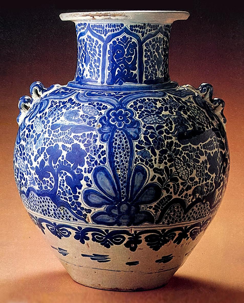 Este jarrón de talavera poblana del siglo XVIII muestra una decoración a base de follaje y árboles.   La manera como están pintadas las flores y las hojas con manchas de color y puntos gruesos, es muy propia de la factura poblana.  ¡Celebrando 35 años de arte y diseño!