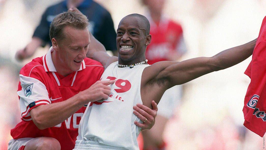 🏴 IAN Edward WRIGHT 📍Londres, 3/11/1963 @CPFC @Arsenal @WestHam @NFFC @CelticFC @BurnleyOfficial  Un caso insólto, convertirse en estrella debutando profesionalmente a los 21 años. Escurridizo delantero máximo goleador histórico del Arsenal. #Inglaterra #England @IanWright0 https://t.co/XgZi0JSzXw