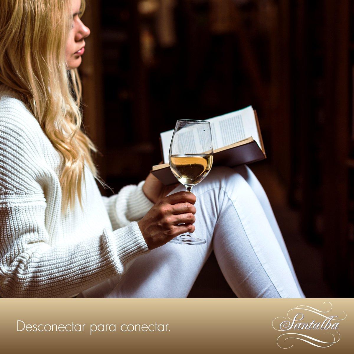 Esos momentos de autoconexión son tan importantes para tu salud mental como los momentos de conexión con tu familia y amigos. 🧘♂️🧘♀️🥂  🏠 ¡Feliz viernes a todos!  #SantalbaConCalma #concalma #calma #lectura #relajación #calm #paz #BodegaSantalba #bodegafamiliar #ViñaHermosaBlanco