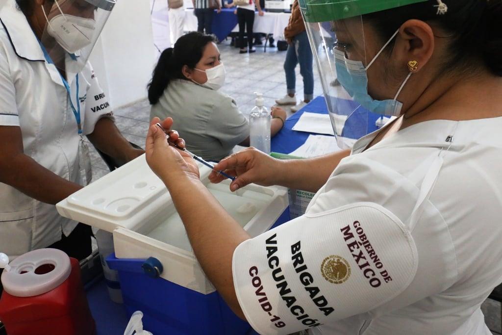 La titular de la dependencia, Silvia Roldán Fernández Informó que se aplicarán 975 dosis del biológico hasta el próximo sábado, a personal que continúa dando la batalla en hospitales y unidades médicas. #Covid-19 #VacunaTabasco