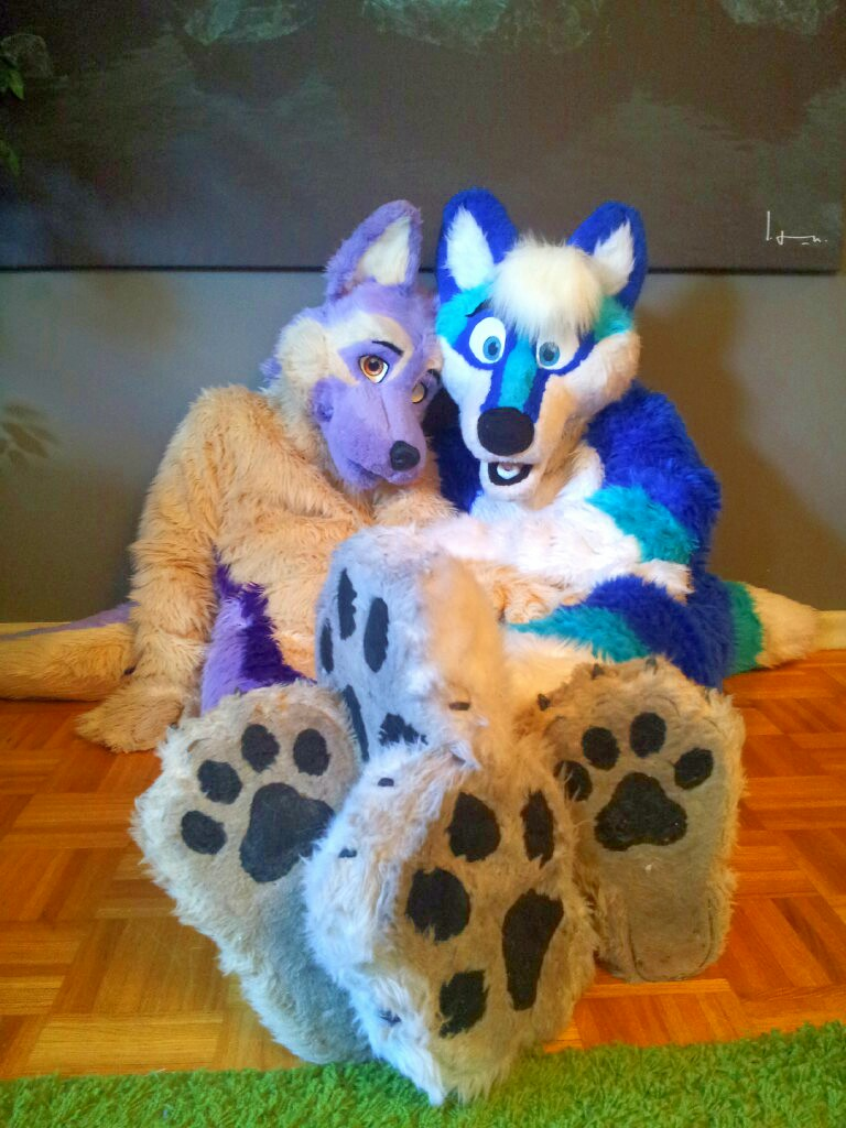 Happy #fursuitFriday #footpawfriday have some dirty paws from me and Wolfox