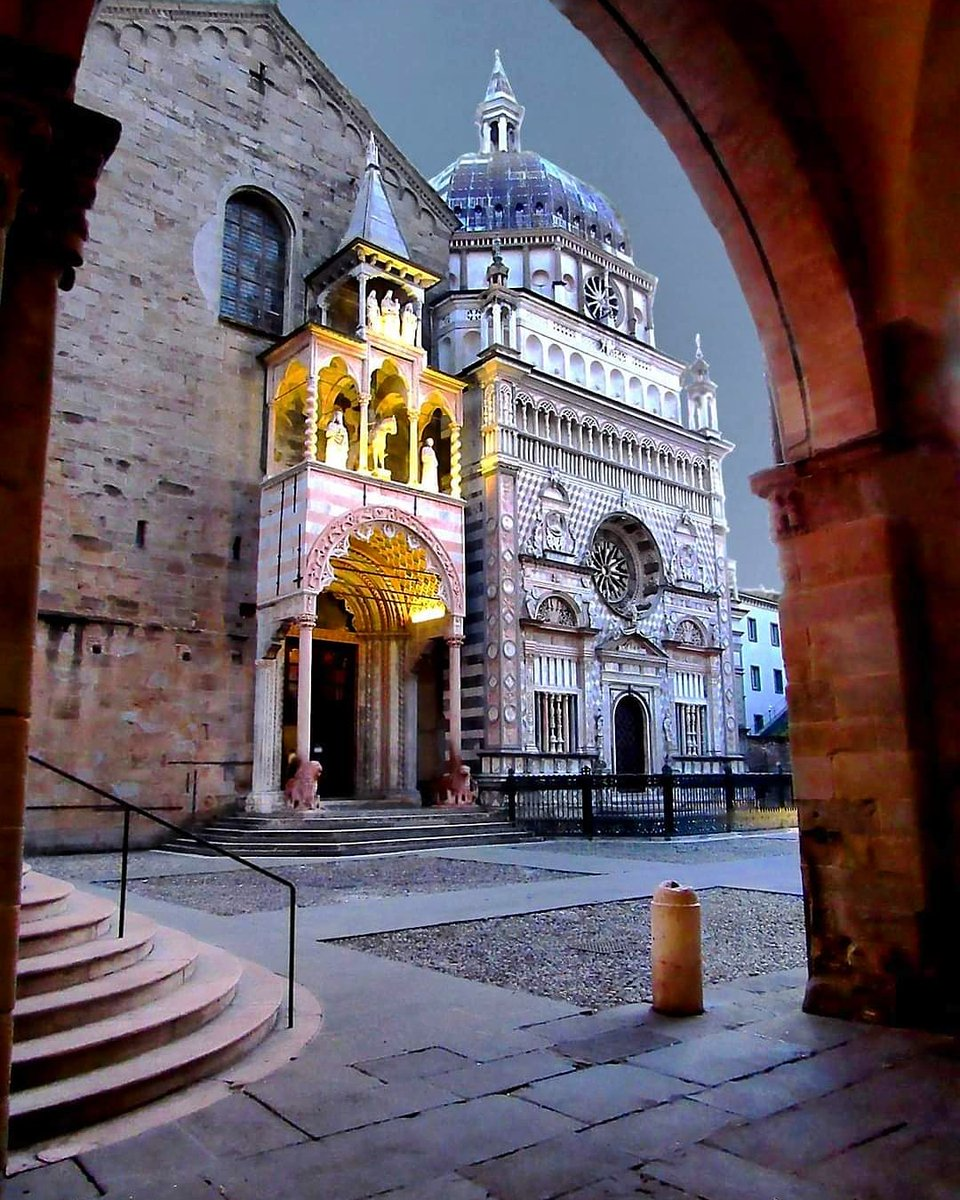 🇮🇹 Bergamo, Lombardia 📷 Cultura Italiana  #bergamo #lombardia #church #chiesa #cattedrale #cathedral #basilica #piazza #square #lights #magic #beautiful #sunset #travel #travelplace #travelphoto #italy #italytrip #italytravel #italia #italytour #italystyle #italylovers #italyan