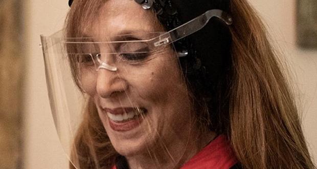 """""""فيروز تعّد الكنافة"""".. فيديو يحصد تفاعلًا كبيرًا لسيدة تُشبه جارة القمر"""