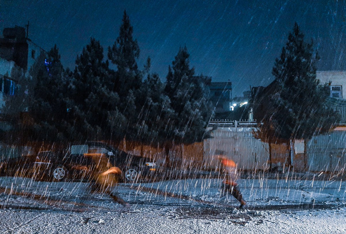 بازی اطفال در برف باری امشب - کابل #omarsanaphotography #snowfall #Snowing #photooftheday #photograohy #streetphotography #night #kids #kidsphotography #Kabul #Afghanistan #art #photographer
