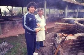 """#CARICATURASyFOTOS nº1575  #GraciasDIEGO   con Don Diego  las dos pasiones Argentinas """"El Diego"""" y el asado"""