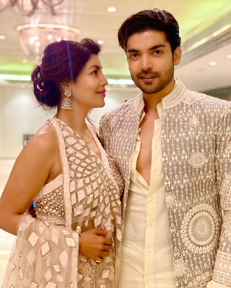 Look at them how adorable are they together ❤️😍 #kisikinazarnaalage stay blessed my lovelies  #poobanipawar @gurruchoudhary @imdebina #GurmeetChoudhary #Debinabonnerjee #GurBina https://t.co/cB2YdKQZPw