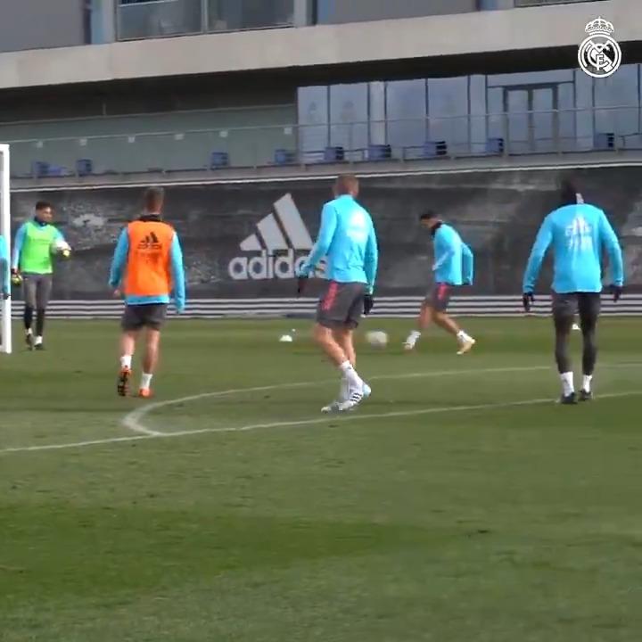 ⚽↔️⚽ Action d'équipe et but!  ✨ @Benzema 🧠 @ToniKroos 🎯 @ChustVictor #RMCity | #HalaMadrid
