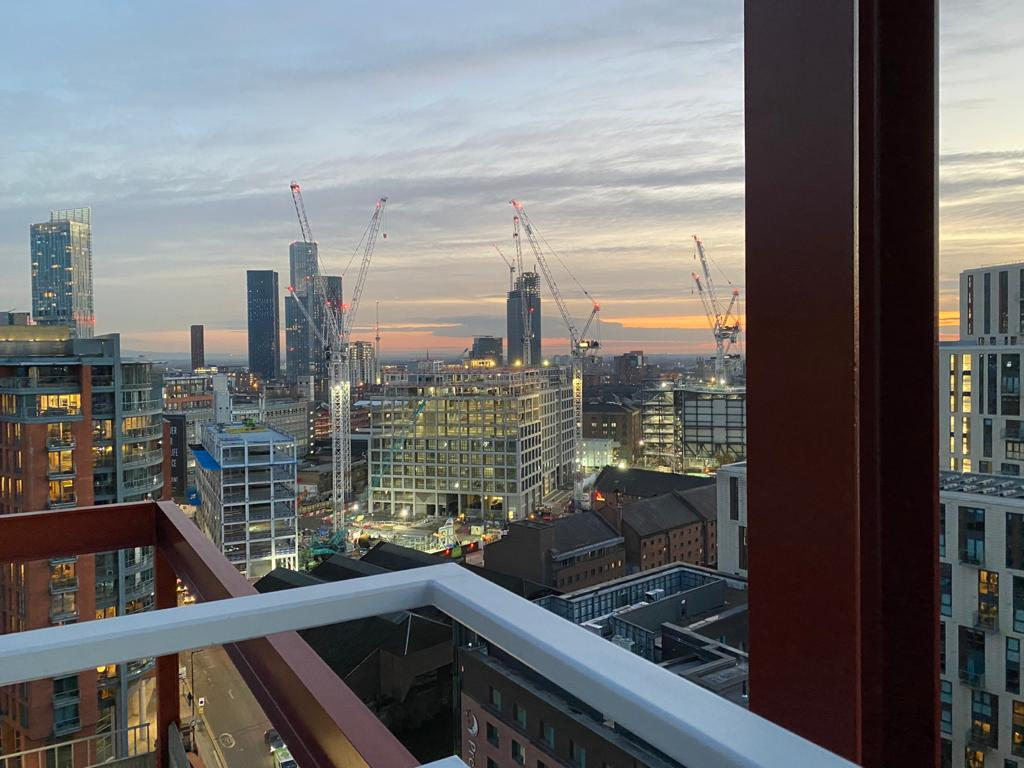 Throwback to these beautiful views of Manchester from the roof of Two New Bailey🌆  #skylineviews #sunset #manchester #newbailey