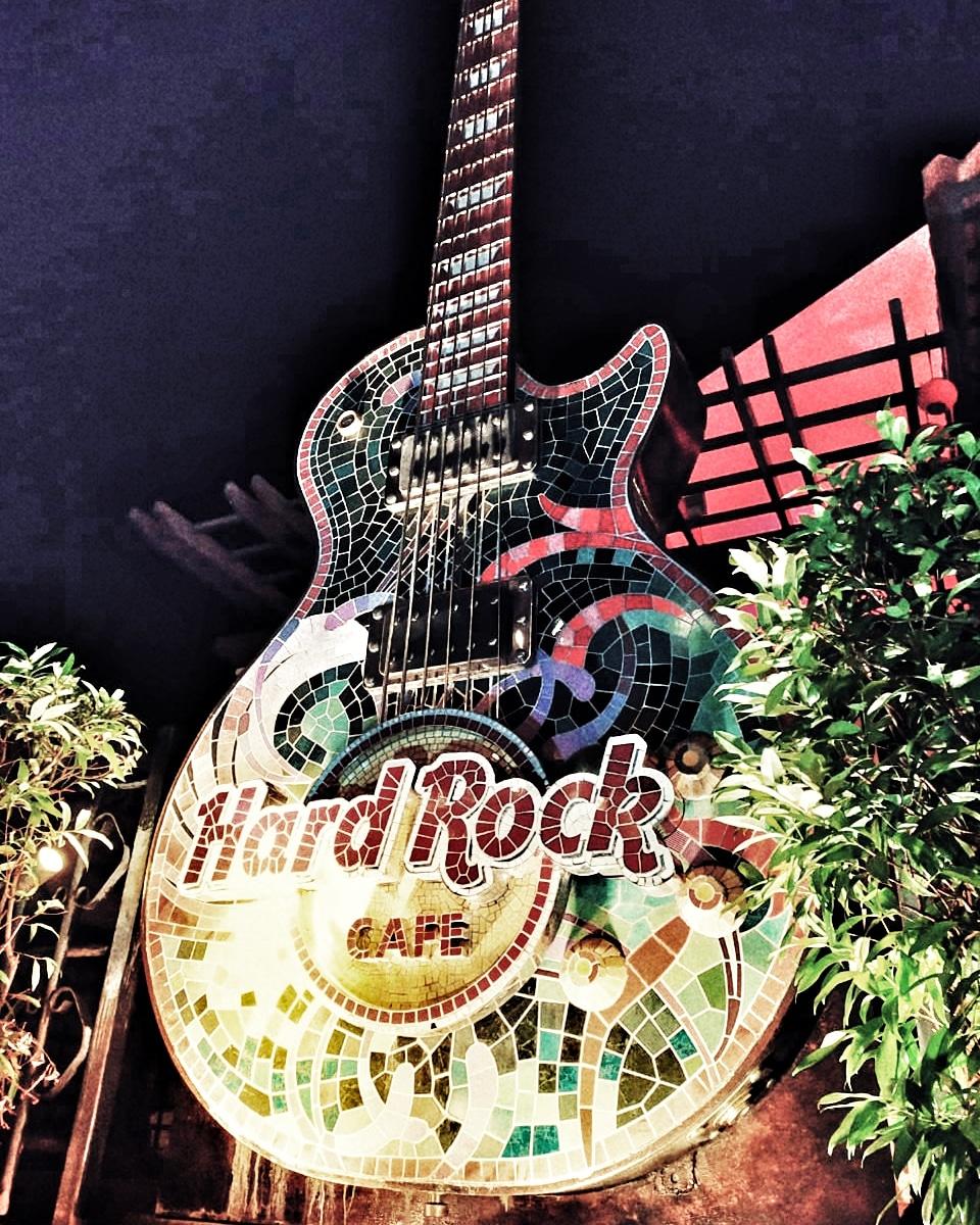 Night falls.  Let's rock!   #dhenkshots #mellaca #jonkerstreet #jonkerwalk #malaysia #mobilephone #photography #photoshoot #hardrock #hardrockcafe #guitar