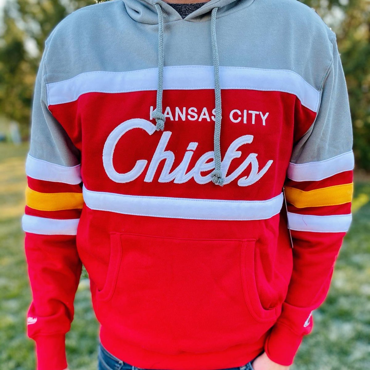 ✨GAME DAY GIVEAWAY✨ The giveaway this week includes: - The women's windbreaker OR color block crew - OR The men's color block hoodie OR the sweater - a game day pin  Here's how it works: 1. follow us and like this post 2. Retweet and tag a friend  Announcing the winner Jan. 24
