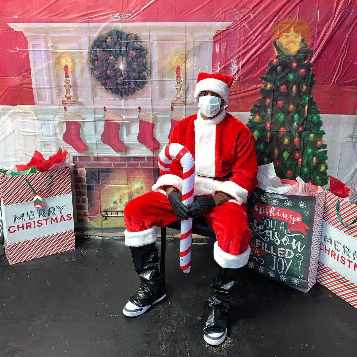 "#FlashbackFriday ""Ezzy Clause"" was in town giving away gifts 🎁 #theezzyway I truly enjoy doing this every year giving back in the same streets I once hustled and ran in🤞🏽🤟🏽😎💯 #blackexcellence✊🏾 #growth #positivevibesonly✨ #rolemodel #merrychristmas #givingbacktomycommunity"