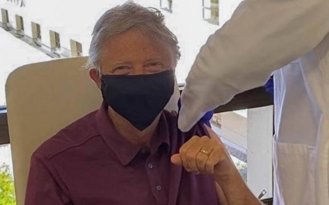 Bill Gates recebe primeira dose de vacina contra a covid-19 (via @EstadaoLink)