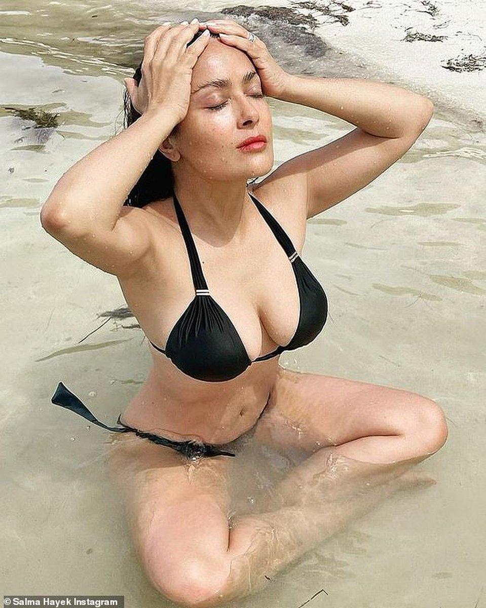 #LoMásLeído  Salma Hayek meditó en la playa a cara lavada y se muestra muy relajada y al natural con outfits de playa Lee más ▶️   #SalmaHayek #estilo #tendencias #outfits #outfitsplayero
