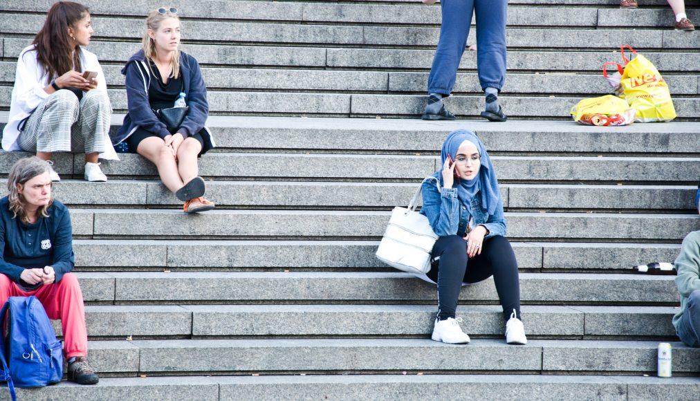 Dans «Un voile sur le monde», l'ex-rédactrice en chef du «Nouvel Observateur» Chantal de Rudder retrace l'histoire récente de cet accessoire vestimentaire, symbole d'une révolution islamique qui a gagné l'Occident -