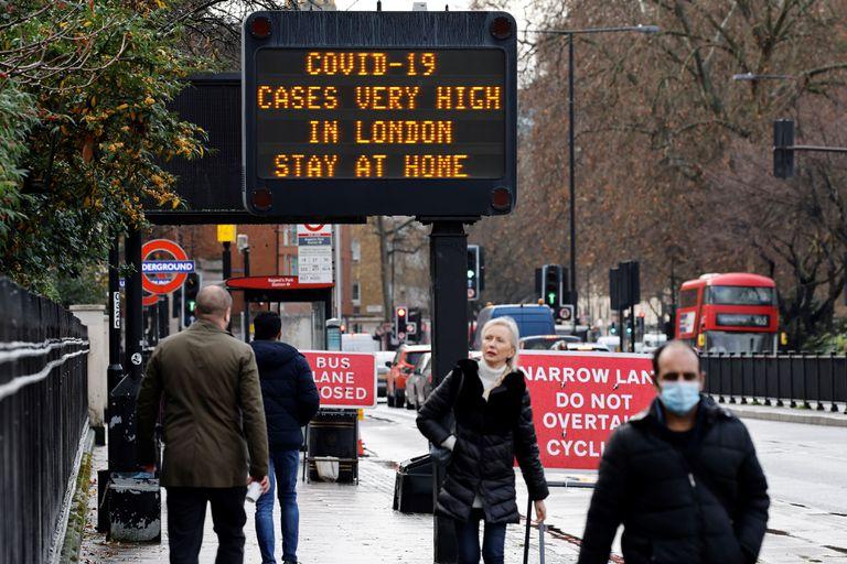 #ULTIMAHORA El Gobierno del #ReinoUnido aseguró que la nueva cepa del #COVID19 es un 30% MÁS MORTAL. La variante, detectada por primera vez en ese país, ha aumentado hasta un 70% el ritmo de contagios.  Según los últimos datos, 1 de cada 35 londinenses está infectado. #22Ene