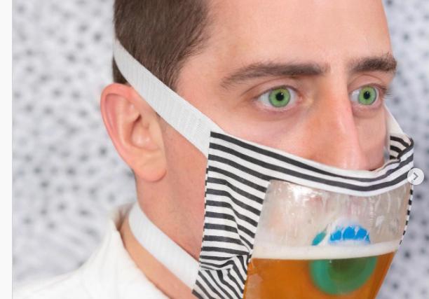 ¡Wow! Crean cubreboca para tomar cerveza sin tener que quitártelo 🍻 (+Fotos+Video)