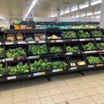 雪で野菜配達が遅延した結果。スーパーの野菜コーナーがブロッコリーに占領され森のよう