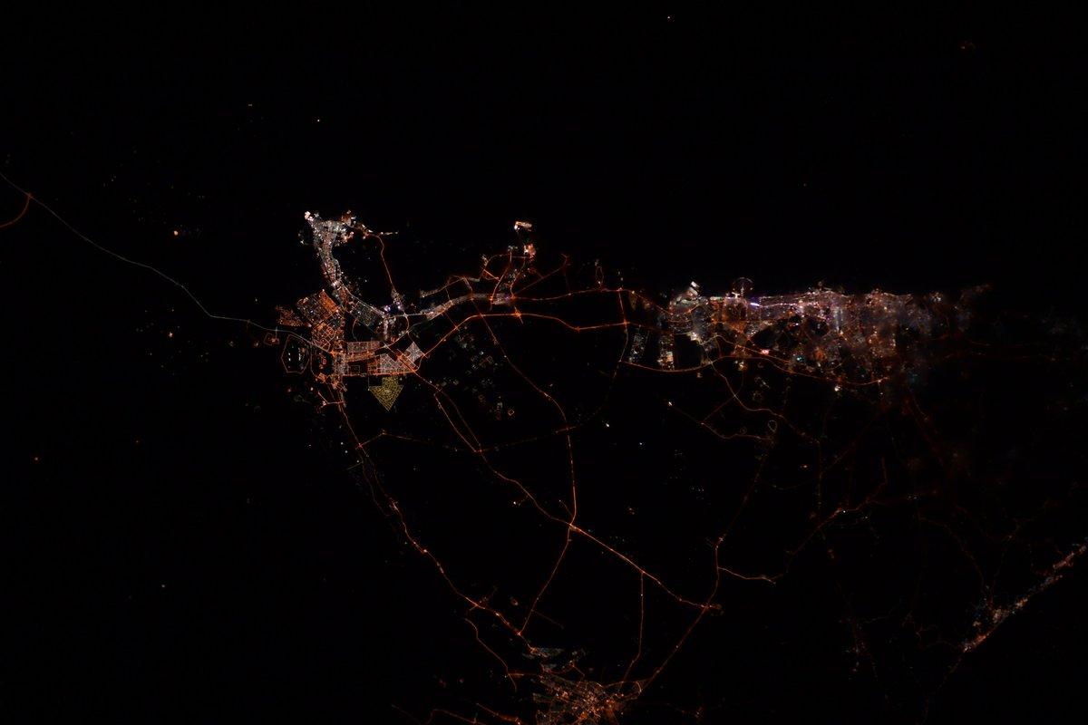#アラブ首長国連邦 の都市部。#アブダビ のモスク、#ドバイ の人工島#パームアイランド などが見事にライトアップされてます。 #UAE night city lights.