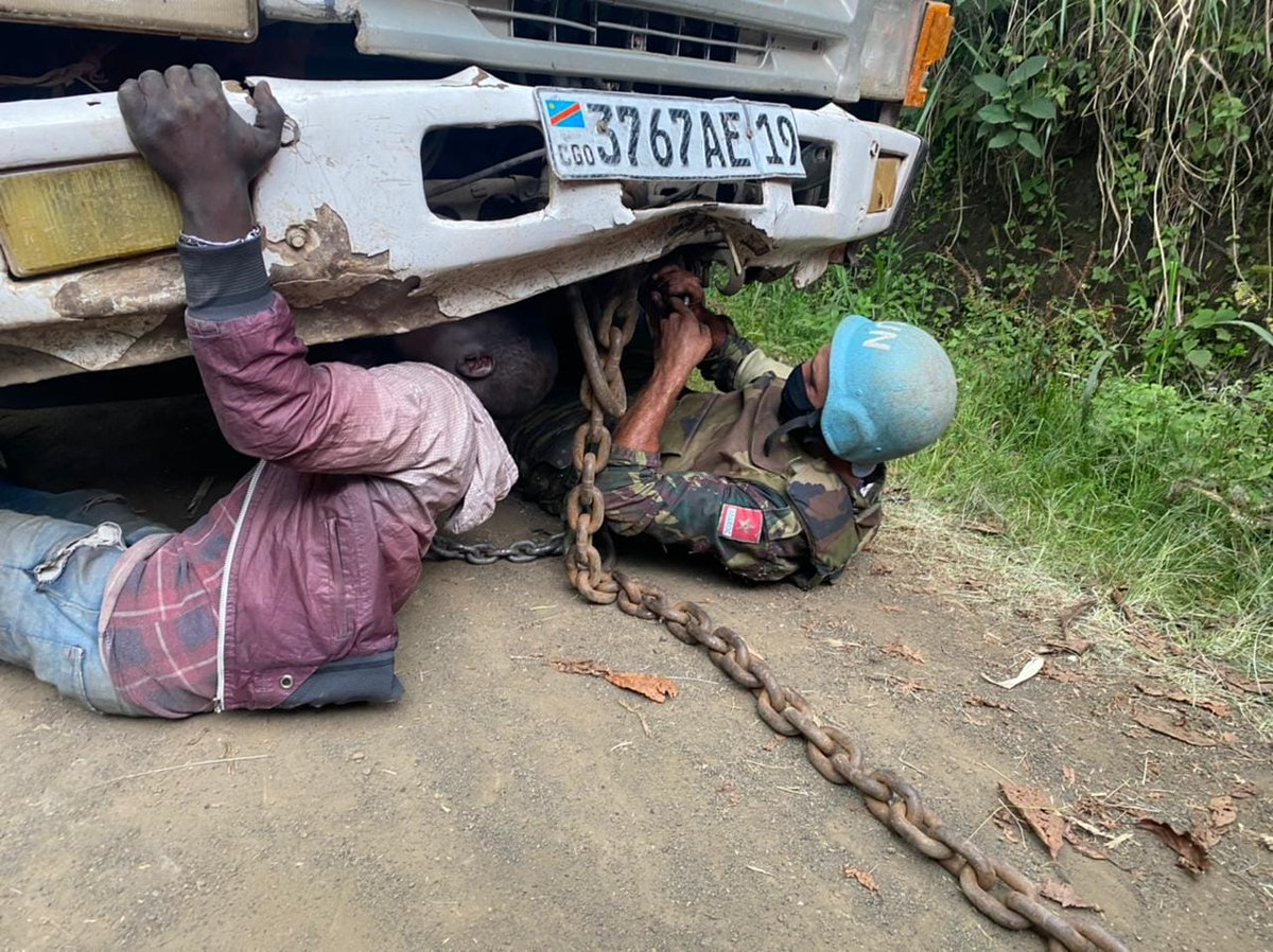 Our peacekeepers are prepared to respond to any challenge that may arise.   Here, while on patrol in Kitshanga, D.R.Congo 🇨🇩, a @MONUSCO peacekeeper helps to remove a stuck vehicle holding goods and passengers from a busy local road. #A4P