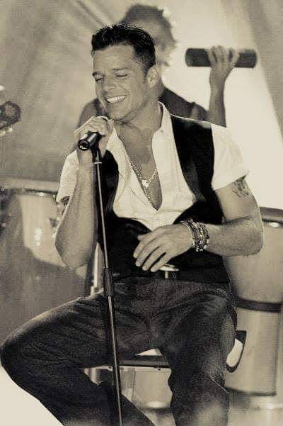 Te iluminas cuando estás en escena, @ricky_martin 😍.  #RickyMartin #PausaPlay #Pausa #FamiliaVioleta #Argentina #FamiliaElite #MiSangre #Quiéreme #Simple #CaeDeUna #Recuerdo #Cántalo #Tiburones #TiburonesRemix