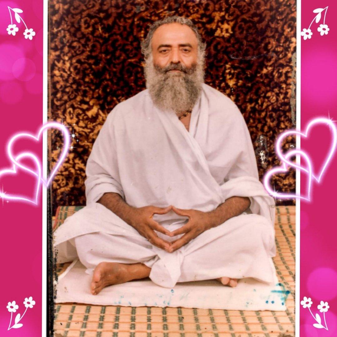 @asharamjibapu_ 🌹भगवदगीता🌹 तेषां सततयुक्तानां भजतां प्रीतिपूर्वकम्। ददामि बद्धियोगं तं येन मामुपयान्ति ते॥ 🌺🇮🇳🌺 उन निरंतर मेरे ध्यान आदि में लगे हुए और प्रेमपूर्वक भजने वाले भक्तों को मैं वह तत्त्वज्ञानरूप योग देता हूँ, जिससे वे मुझको ही प्राप्त होते हैं #Bapuji @makarandmsgs @arungovil12