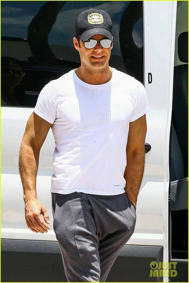 Caminando por ahí, @ricky_martin 💜.  #RickyMartin #PausaPlay #Pausa #FamiliaVioleta #Argentina #FamiliaElite #MiSangre #Quiéreme #Simple #CaeDeUna #Recuerdo #Cántalo #Tiburones #TiburonesRemix