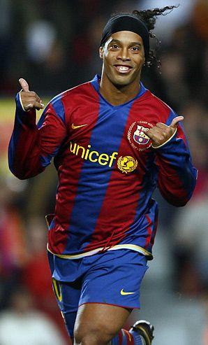 Cuando mis nietos me digan abuelo es verdad que tú viste jugar a Messi y Cristiano... Le diré no yo vi jugar al mago del fútbol. Si duda el mejor de todos un pena que dura poco tiempo #Ronaldinho #magodelfutbol #D10S