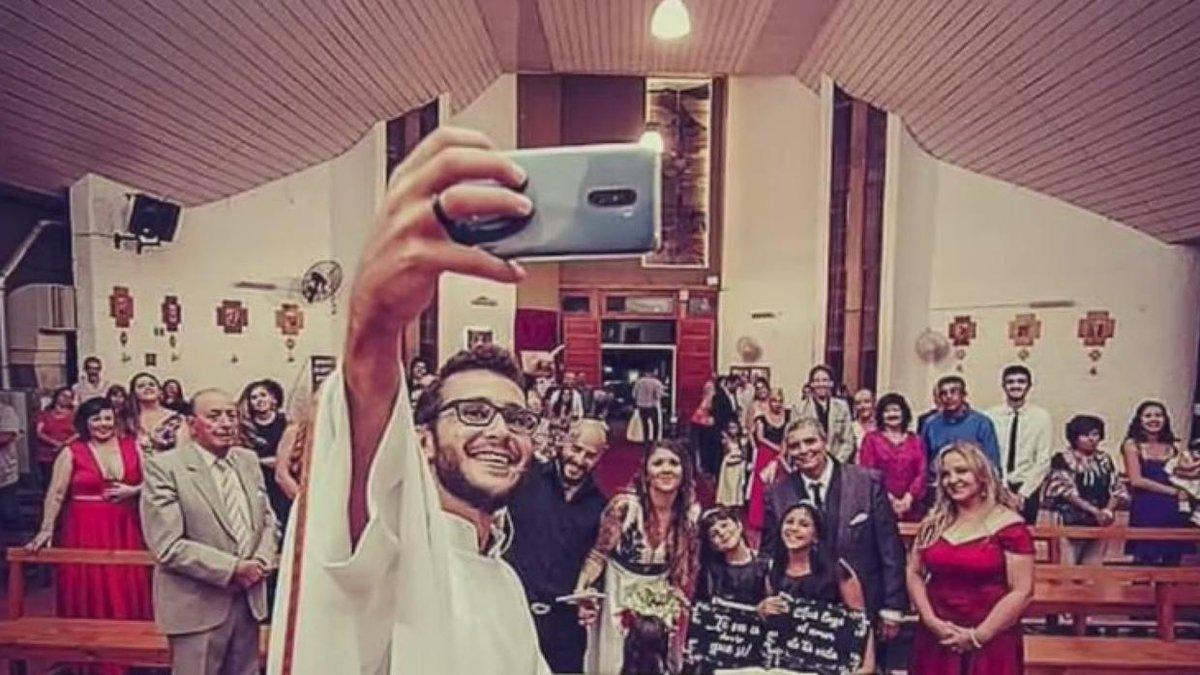 Pelucas y bromas en videos virales: la estrategia de un joven sacerdote para propagar la fe.