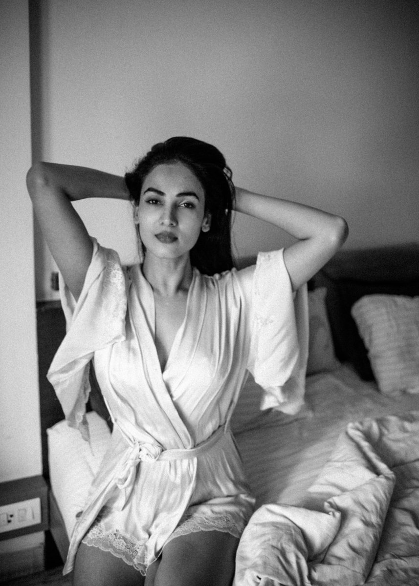 To fresh and new beginnings....✨💖 #ॐ #love #sonalchauhan #SATURDAY #peace #positivevibes #positivity #possibilities #beauty #faith #lifestyle #life #magic #happiness #happygirl #sun  #newbeginnings #bed #morning #blackandwhite #photography #art #stor…