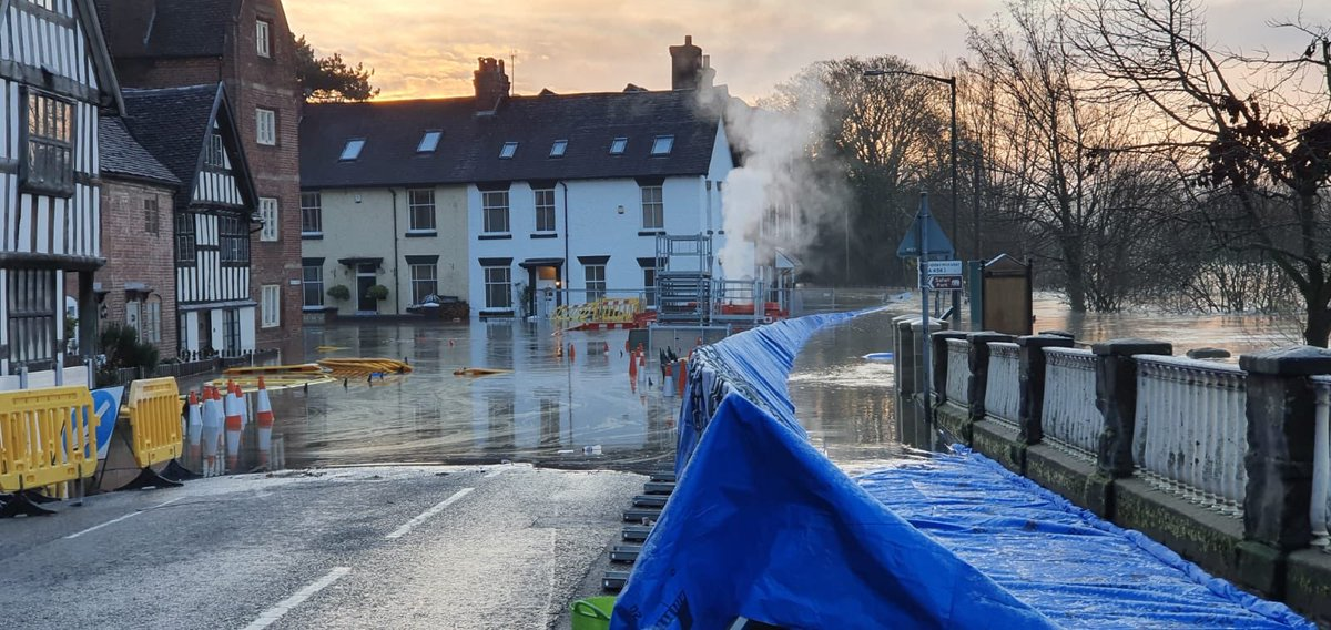 Sadly our flood defence at Beales Corner #bewdley were compromised overnight.  We're responding on site with partners.  Other defences at Bewdley all ok. https://t.co/tAEtVWXcKf