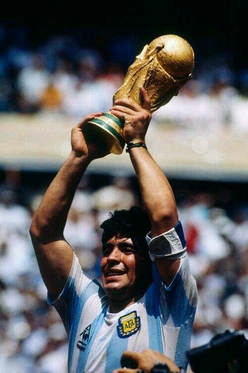 Diego Armando Maradona, el considerado mejor futbolista de todos los tiempos #Maradona #LeyendasDelBalón #D10S #DiegoArmandoMaradona