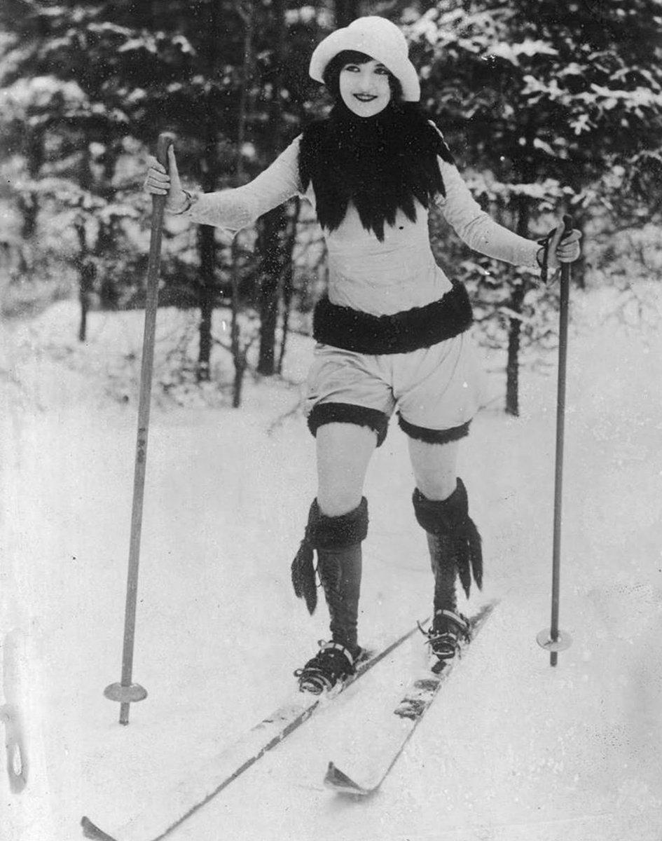 ✅ A Wy w jakim kombinezonie jeździcie na nartach???  📸 Kobieta w modnym stroju sportowym, 1926.  #muzeum #warszawa #warsaw #kultura #sport #wystawa #exibithion #stolica #kulturalnie #olympic #olympics https://t.co/sybrstLcdO