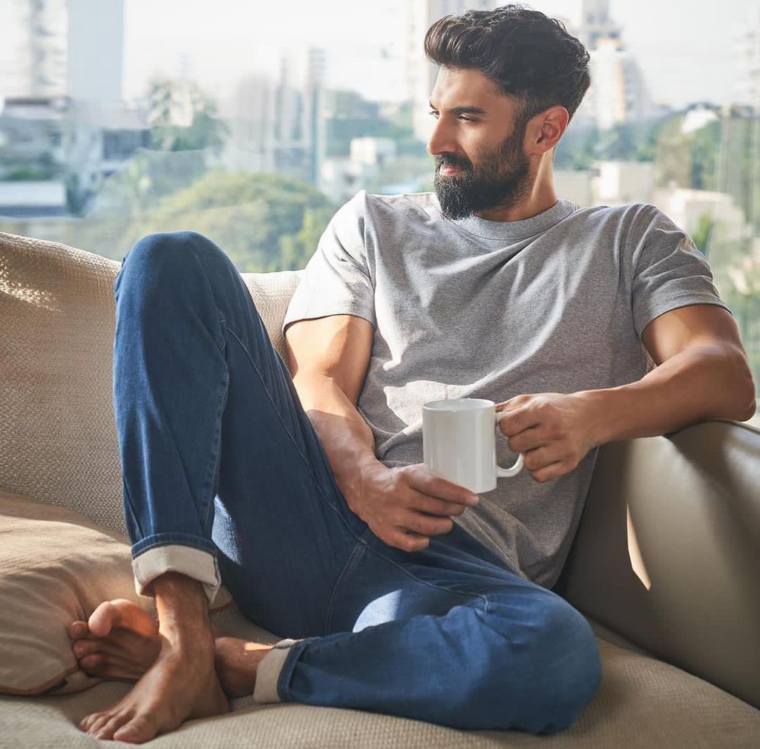 [New] 🌠 #AdityaRoyKapur Instagram post these@uniqloinEZY jeans , they almost feel like sweatpants. #EZYLifeEZYJeans#UniqloIndia