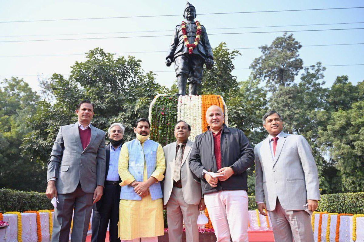 भारतीय स्वतंत्रता संग्राम के महान सेनानी नेताजी #सुभाष_चंद्र_बोस जी की 125वीं जयंती पर उन्हें कोटि कोटि नमन।  आज उनकी जयंती पर NSUT में 50m ऊँचा तिरंगा लहराया और 11 नए आधुनिक लेक्चरहॉल का उद्घाटन करने का सौभाग्य प्राप्त हुआ।