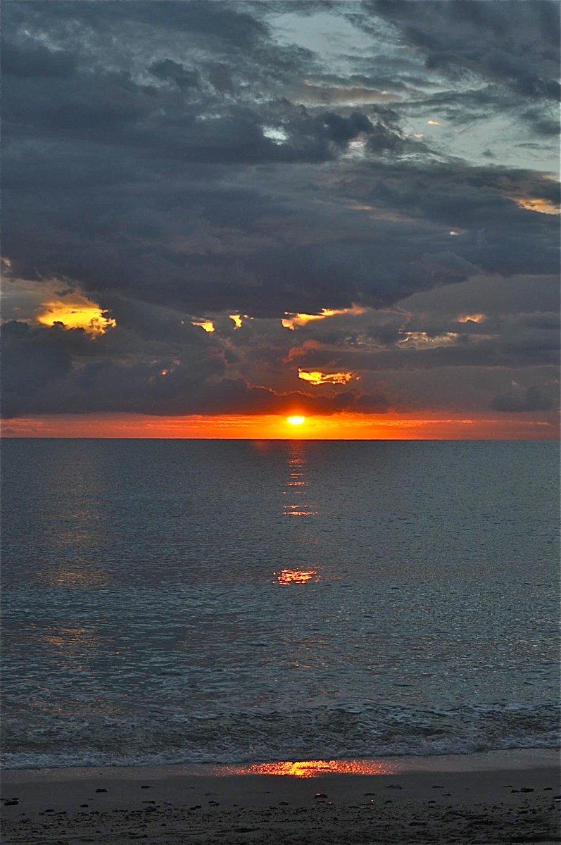 'Evening Glow' Good evening everyone. Hope you had a wonderful day! #sunset #ocean #Sundowns #adventure #travel #Mexico #meditation #photography #naturephotography #Photos https://t.co/jMvWoHD7Nx