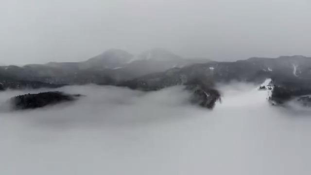 雲海の上から雪がチラチラ降り始めました❄今晩から明日にかけて本格的な雪降りになりそうです☃ a wonderful view of the sea of clouds.  #志賀高原 #shigakogen #DJI #MavicAir @DJIJAPAN #nagano #japan #japow #winter #snow #ski #snowboard #snowshoe #冬天 #冬景色 #雪景色 #滑雪 #雪板