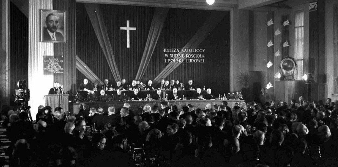 Tzw. Księża patrioci wysłani do seminariów przez PZPR. To UB/SB inwigilatorzy którzy od wewnątrz niszczyli Kościół katolicki. Dzisiaj już starzy księża neomarksiści wyszkolili nowe pokolenie które wspiera PO, Kramer, Sowa, Lemański, Gużyński i wielu innych. #wieszwięcej #Jedziemy https://t.co/t6GyOhkYIF
