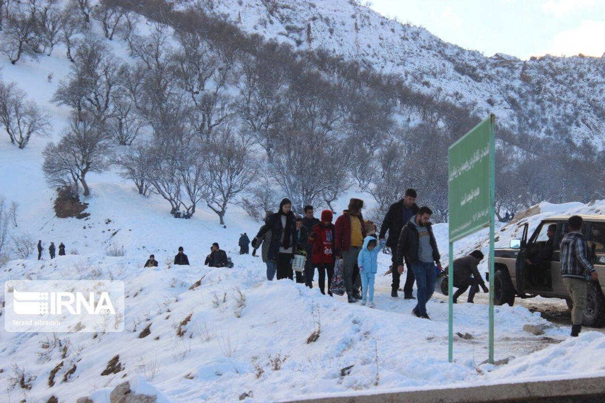 لبست الجبال المحيطة بنفق آزادي بمدينة ايلام (غرب #ایران) حلة بيضاء بعد تساقط الثلوج التي وفرت فرصة لاهالي المدينة ليستمتعوا من الهواء الطلق