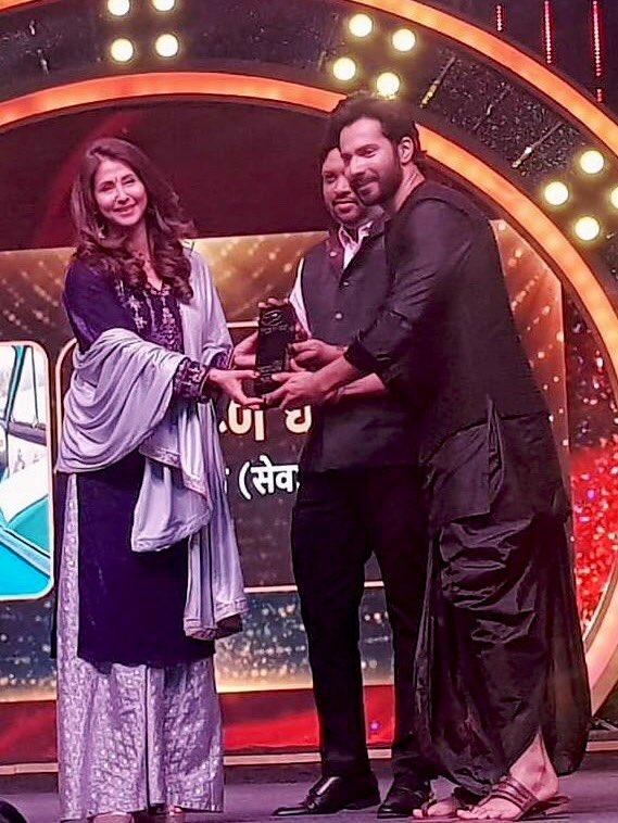 Attended @SakalMediaNews awards for #corronawarriars in presence of honourable @CMOMaharashtra @PawarSpeaks @AnilDeshmukhNCP @rajeshtope11 @advanilparab @RahulGadpale where I presented an award to dashing, talented n socially conscious @Varun_dvn