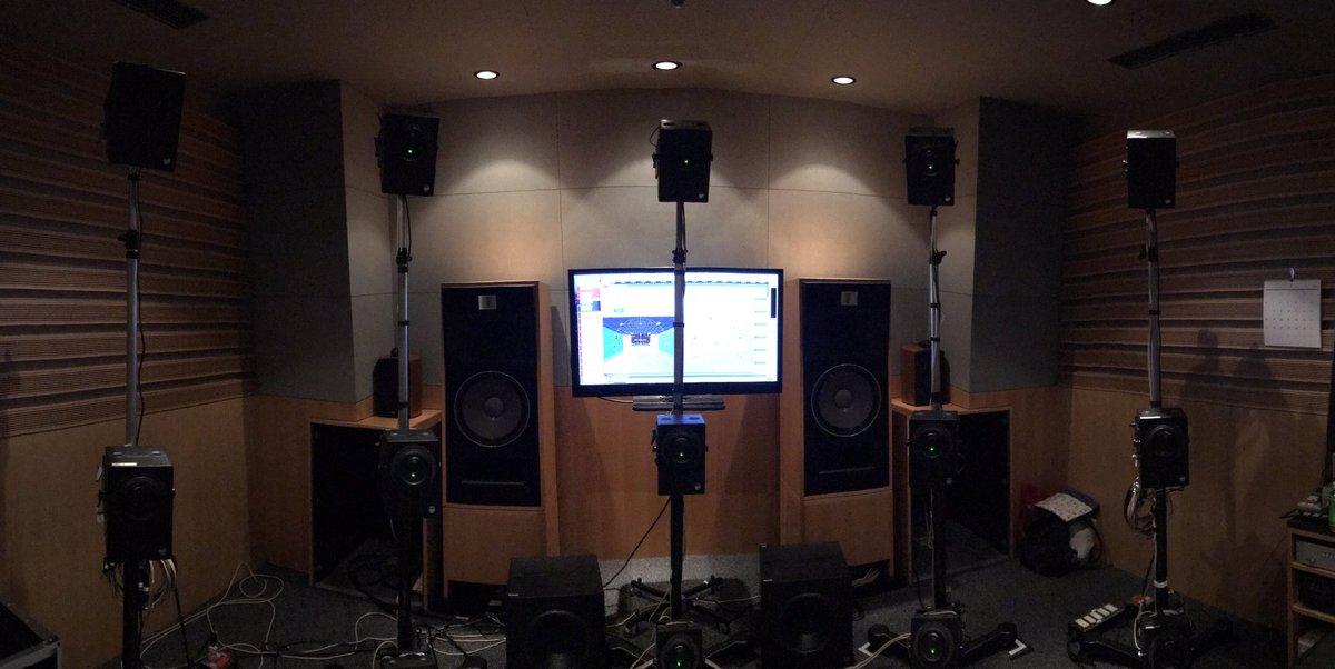 360 Reality Audioの体験。 その名と通り、あちこちからドラムやギター、ベースなどが聴こえてくる訳ですが、何が凄いって、写真の様な外部のスピーカーで聴いてる聴感を、ヘッドホンなどで再現出来るのです😳😳😳 これは吉田音源でも試す価値あり✨ #yoshidabrothers #360RA