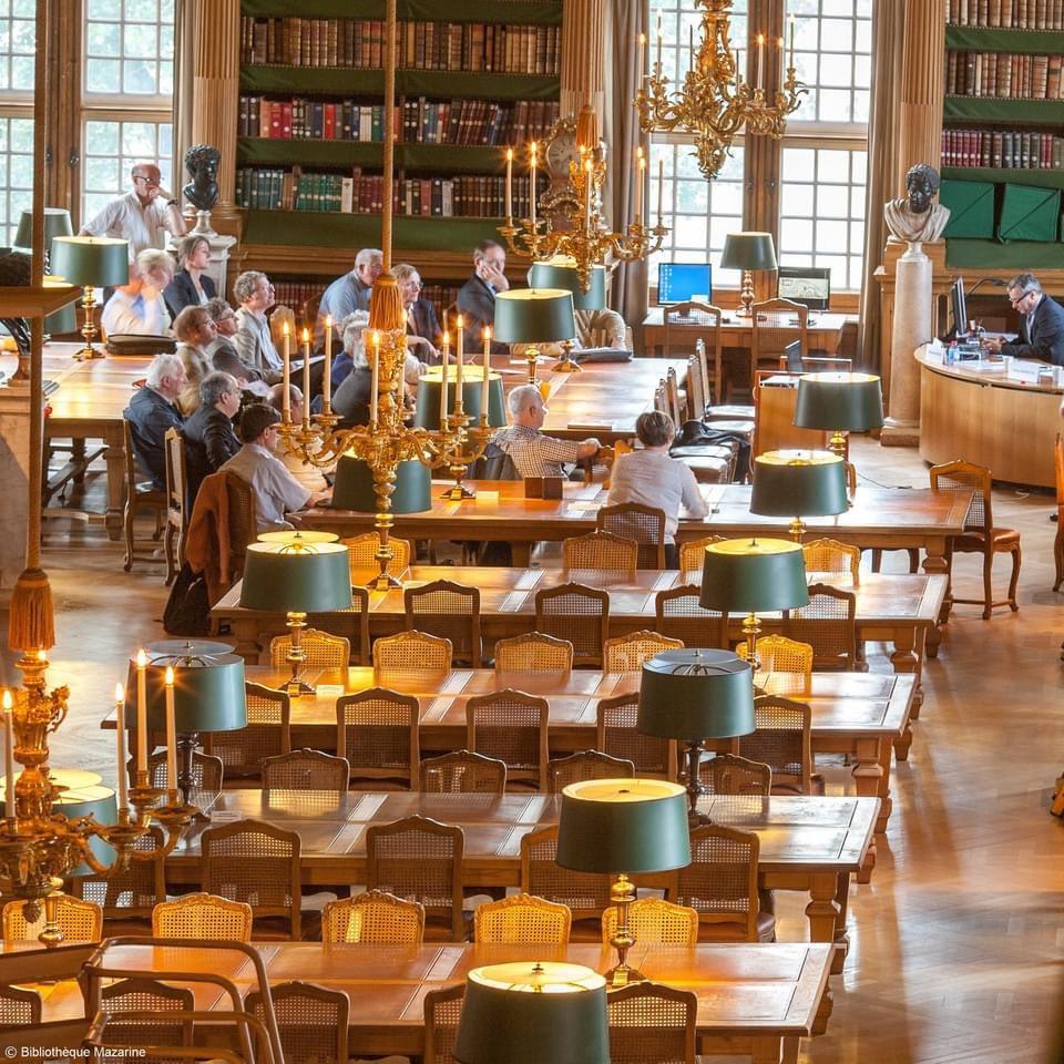 1643年に研究者に門戸が開かれたマザラン図書館はフランスに存在する最古の公立図書館です📚大変な愛書家であったと言われるマザラン枢機卿の個人図書館を前身としています✨#読書の夕べ🌝 📷:  https://t.co/WMU3PNH1Fg https://t.co/iUUHXYwdks