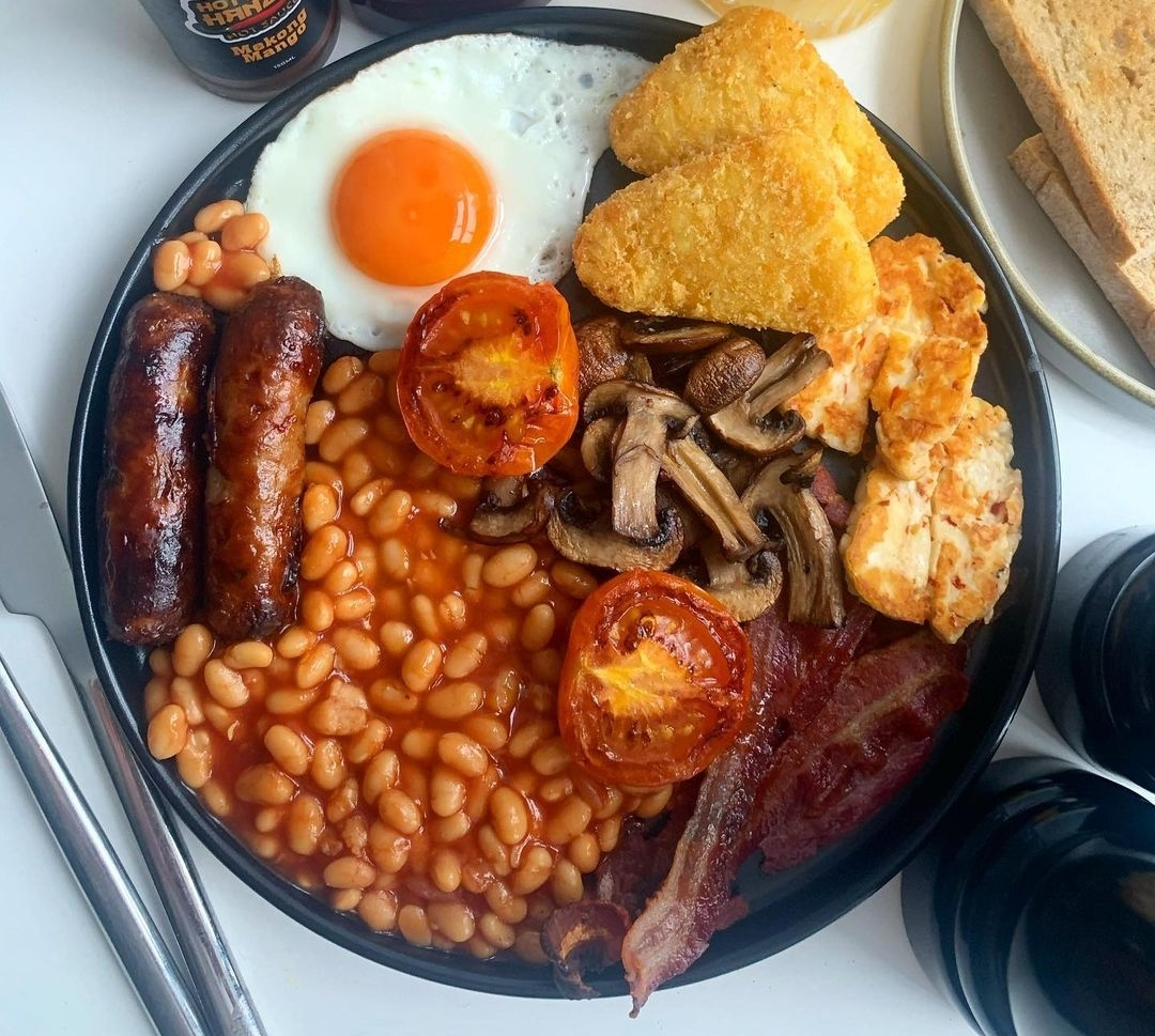 Do you reckon halloumi deserves a place on the fry up plate? 🧀  As long as there's our Streaky Bacon & Sausages involved, we won't complain 😉    📷 @southcoast_kitchen    #SaturdayBrunch #ukbbq #SaturdayMorning