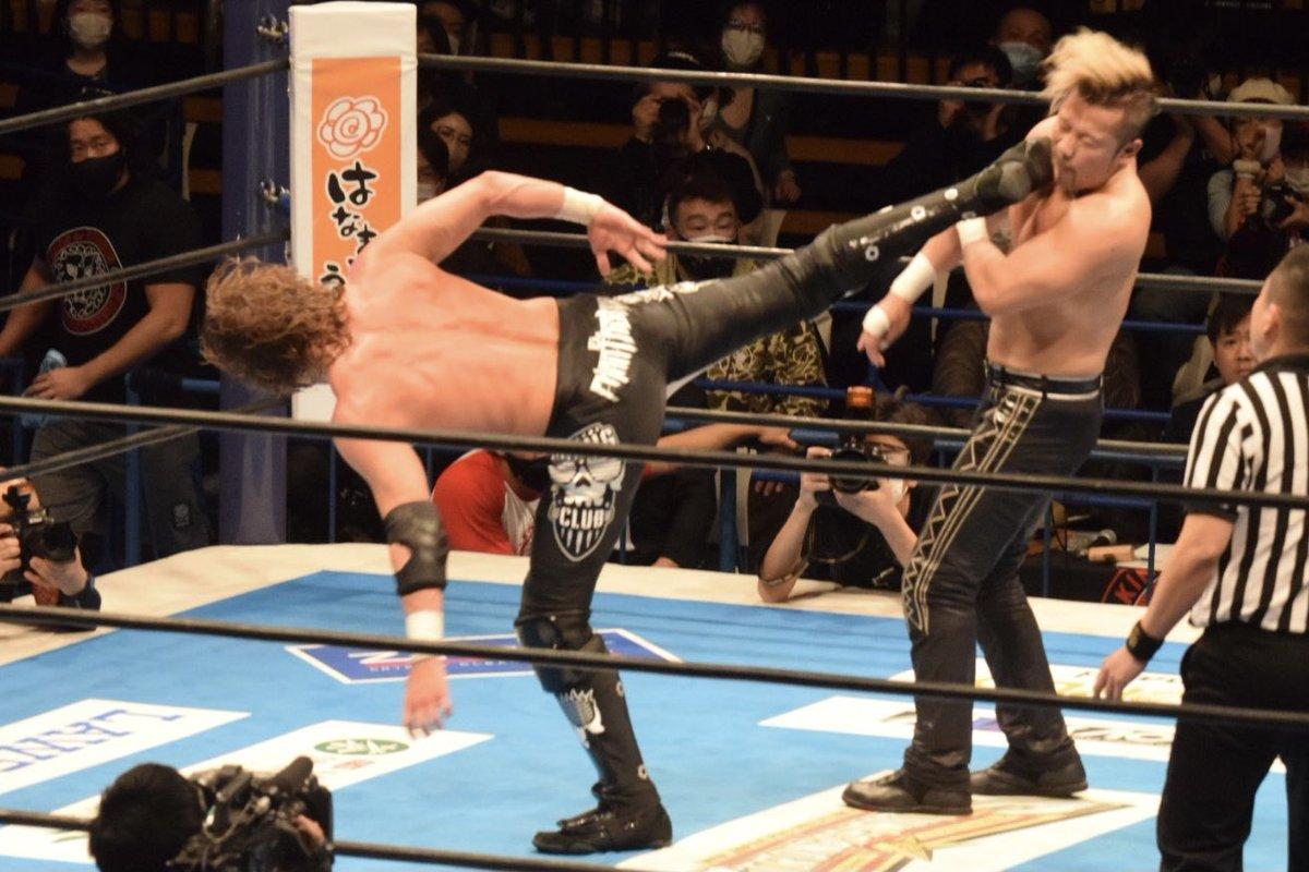 最後はスーパーキックが金丸に決まり、3人目の佐藤レフェリーが3つ叩く。 #njnbg