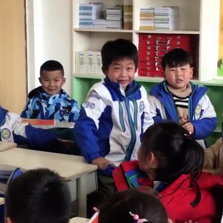 """في الآونة الأخيرة، في مدينة شيتشانغ بمقاطعة سيتشوان، وصف مستخدمو الإنترنت مقطع فيديو لطالب مدرسة ابتدائية يتلقى الشهادة النهائية بأنه """"يشعر بالحصول على جائزة الأوسكار"""". #الصين"""