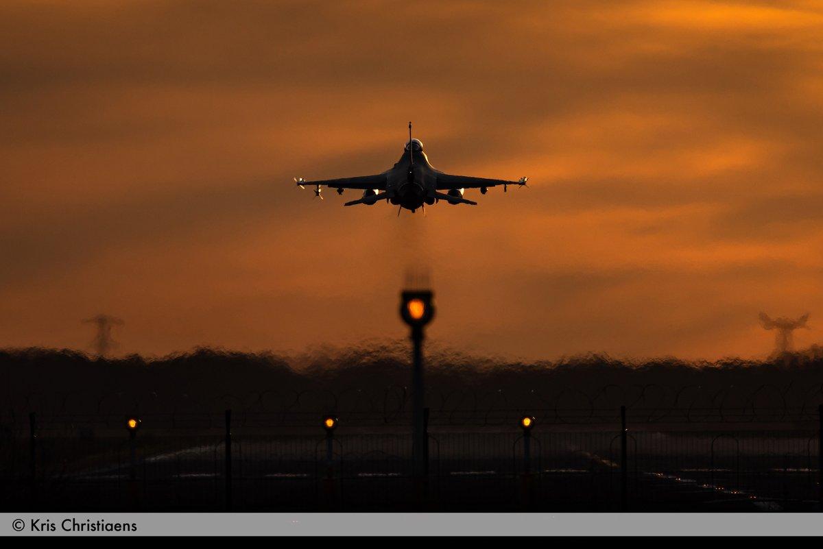Last take-off of the week at the Kleine-Brogel airbase! Photo: Kris Christiaens @BeAirForce @349BelSqn @31tigersqn @BelgiumDefence @DedonderLudivin @NikonBelgie #aviationphotography #sunset #photography #Belgium #fighterjet #aviationlovers #sunsetphotography