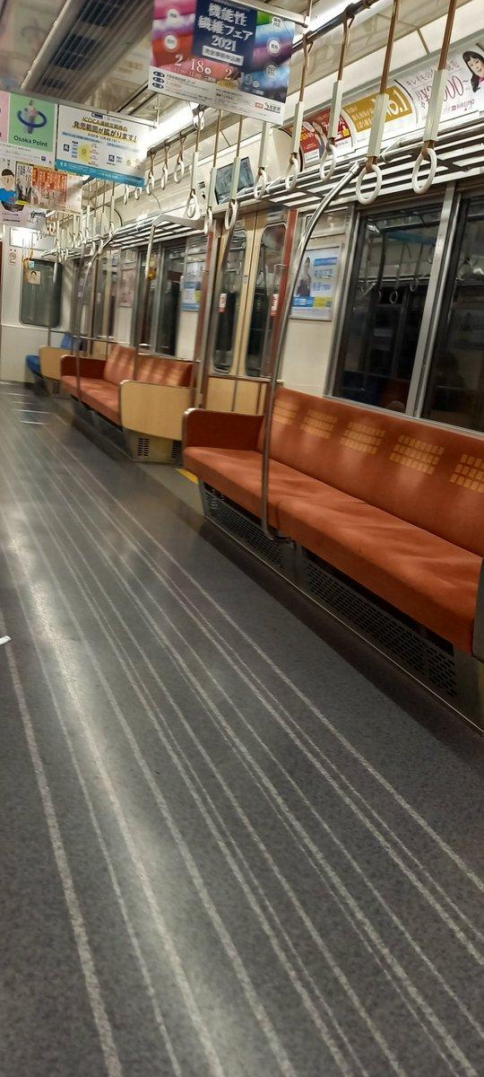 お食事会終了後の午後9時半頃の大阪メトロの電車内。緊急事態宣言の影響でガラガラ💧 https://t.co/dlbx7CaPP9