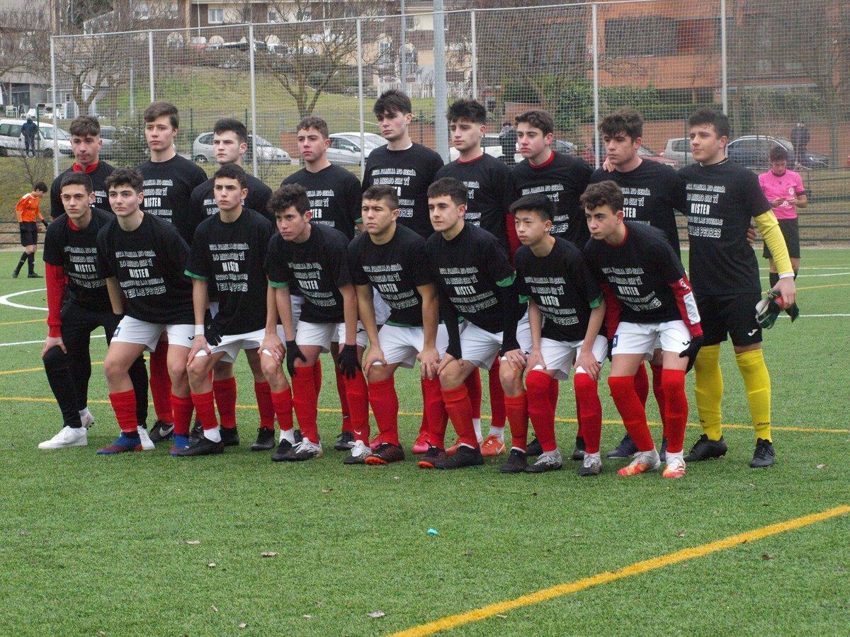 🔝👏🏻 Detalle de los jugadores del Juvenil 'B' con su técnico, @ifmauriz, tras el fallecimiento de su abuelo esta semana.  #OrgulloArlequinado 🔴⚪ #VaPuenteVa #SomosFútbol #SomosFormación